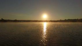 Formation magique au coucher du soleil - croix professionnelle de nageur le lac banque de vidéos