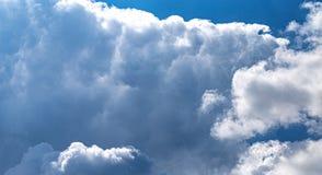Formation massive de cumulus au ciel bleu lumineux photographie stock