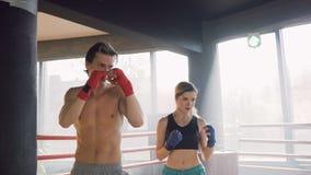 Formation mignonne d'homme et de femme de sport dans le gymnase banque de vidéos