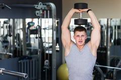 Formation musculaire de bodybuilder d'athlète Images stock