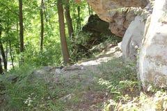 Formation néolithique de caverne au rockshelter de Meadowcroft photographie stock libre de droits