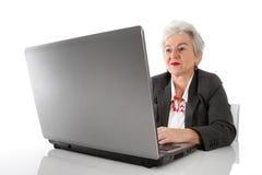 Formation permanente - femme supérieure d'isolement avec l'ordinateur portable Image stock