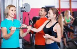 Formation positive active d'haltérophilie de personnes dans le club de santé Photographie stock
