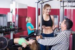 Formation positive active d'haltérophilie de personnes dans le club de santé Images stock