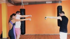 Formation privée avec l'entraîneur personnel au centre de forme physique Échauffement avant la boxe dans le gymnase Un gros homme clips vidéos