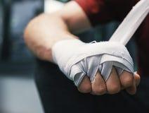 Formation thaïlandaise de boxeur de Muay dans le gymnase photographie stock libre de droits