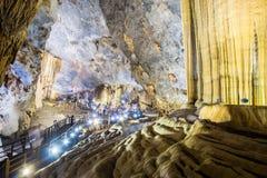 Formations accentuées de chaux caverne dans de paradis de caverne ou de Thien doung Phong Nha KE frappent la région du Vietnam Images stock