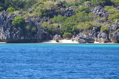 Formations de chaux et cocotiers, île de Sawa-i-Lau, Fidji photographie stock libre de droits