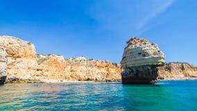 Formations de chaux sur le littoral et la plage d'Algarve, Benagil, Portugal Photo libre de droits