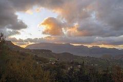 Formations de nuage au-dessus du lac Rosamarina photographie stock