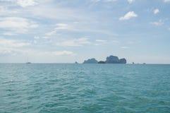 Formations de pierre de chaux et îlots, plage de Railay, Krabi, Thaïlande photographie stock libre de droits