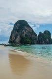 Formations de pierre de chaux et bateaux, Phra Nang, plage de Railay, Krabi photos libres de droits