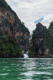 Formations de pierre de chaux et kayak, Phra Nang, plage de Railay, Krabi photo libre de droits