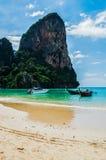 Formations de pierre de chaux et plage, plage de Railay, Krabi, Thaïlande images libres de droits