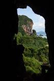 Formations de pierre de chaux et plage vues d'une caverne, Phra Nang images stock