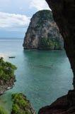 Formations de pierre de chaux et plage vues d'une caverne, Phra Nang photographie stock libre de droits