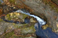 Formations de précipitation aériennes de mur de roche de l'eau de HDR Image libre de droits