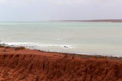 Formations de roche antiques chez James Price Point, Broome, Australie occidentale du nord un jour nuageux d'été Photographie stock