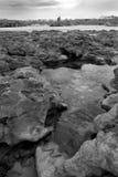 Formations de roche avec le château en noir et blanc Images libres de droits