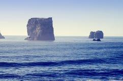 Formations de roche de basalte dans l'Océan Atlantique sur la côte sud de l'Islande photographie stock