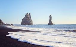 Formations de roche de basalte dans l'Océan Atlantique sur la côte sud de l'Islande photo stock