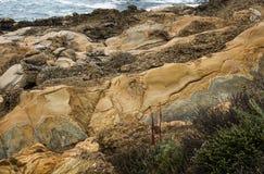 Formations de roche colorées sur la côte de la Californie photos stock
