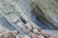 Formations de roche dans les montagnes couches étroites et larges alternatives photographie stock libre de droits