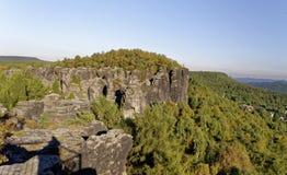 Formations de roche de Heighted avec la croissance dense de forêt de l'entourage Images stock