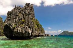 Formations de roche de Karst dans la lagune bleue photo libre de droits