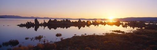 Formations de roche de tuf émergeant du lac mono au lever de soleil, la Californie photos stock