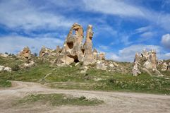Formations de roche fantastiques avec les ruines des églises de caverne dans une vallée près de Goreme images stock