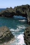 Formations de roche hawaïennes de plage Photographie stock libre de droits