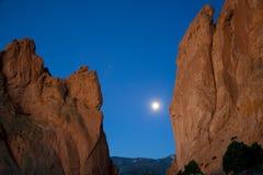 Formations de roche la nuit photographie stock