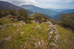Formations de roche linéaires sur la montagne catalanne photographie stock libre de droits