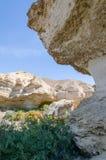 Formations de roche naturelles et végétation clairsemée au lac Arco dans le désert du ` s Namib de l'Angola Image stock