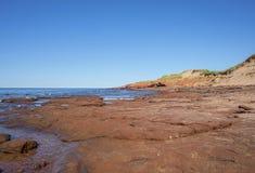 Formations de roche rouges côtières photographie stock libre de droits