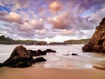 Formations de roche spectaculaires sur la côte de la Cantabrie, Espagne photo libre de droits