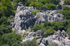 Formations de roche sur le flanc de coteau image libre de droits