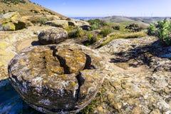 Formations de roche sur les collines du comté de Costa Contra photographie stock