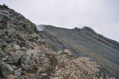 Formations de roche sur un fond brumeux chez le Mont Meru, Tanzanie photographie stock