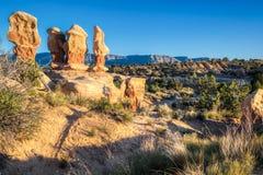 Formations de roche uniques connues sous le nom de porte-malheur dans le terrain de jeu de diables d'Escalante Utah images stock