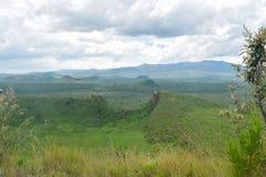 Formations de roche volcanique contre un ciel nuageux image libre de droits