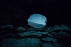 Formations de roche volcanique en Islande, trou, caverne images libres de droits