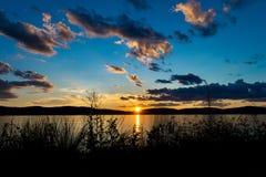 Formations dramatiques de nuage et ciel bleu au-dessus de Hudson River, comme ensembles du soleil derrière les collines, New York photographie stock