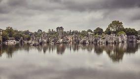 Formations en pierre de chaux de forêt reflétées dans le lac Shilin images stock