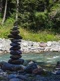 Formations en pierre sur une rivière dans les montagnes suisses Rosenlaui Val Image stock