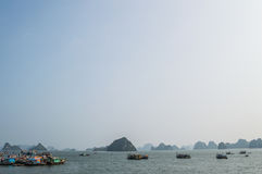 Formations et bateaux de chaux dans l'océan à la baie long d'ha photo libre de droits