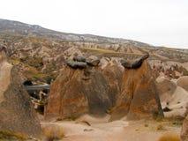 Formations et cavernes de roche en vallée d'amour de Cappadocia image libre de droits