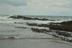 Formations géologiques en mer cantabre du type l'UNESCO Basque de flysch d'itinéraire de Geopark Jeu filmé des trônes Plage d'Itz photographie stock