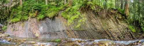 Formations géologiques sur la berge image libre de droits